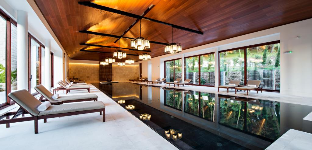 Un exemple d'une piscine avec ses aménagements alentours